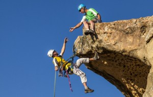 Zwei Kletterer bei überhängendem Fels